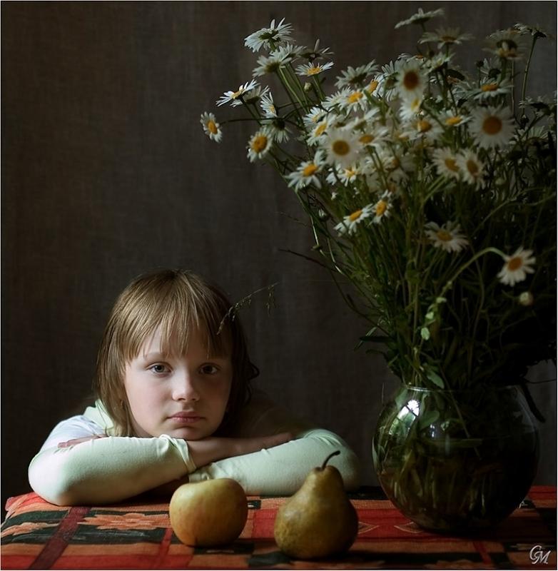 девочка у окна с вазой, ромашками, яблоком и грушей.