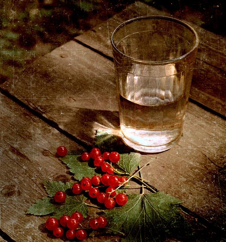 стакан воды и смородина