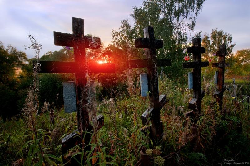 старое кладбище на закате...
