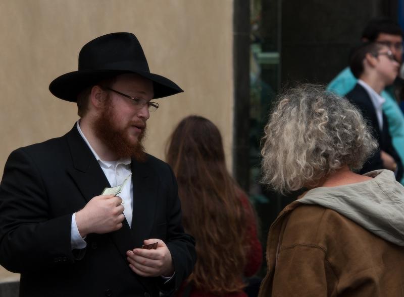 перед синагогой