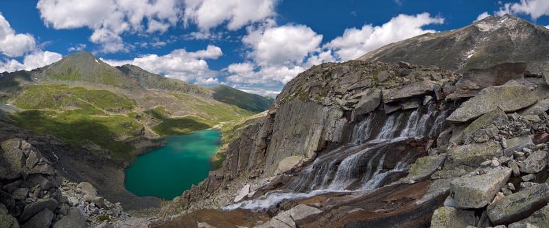Водопад над озером Акчан