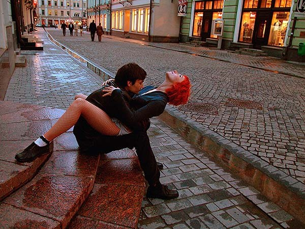 целуются на улице видео - 2
