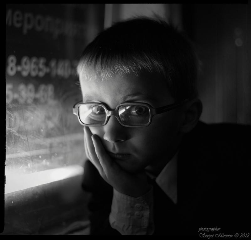 Мальчик у окна