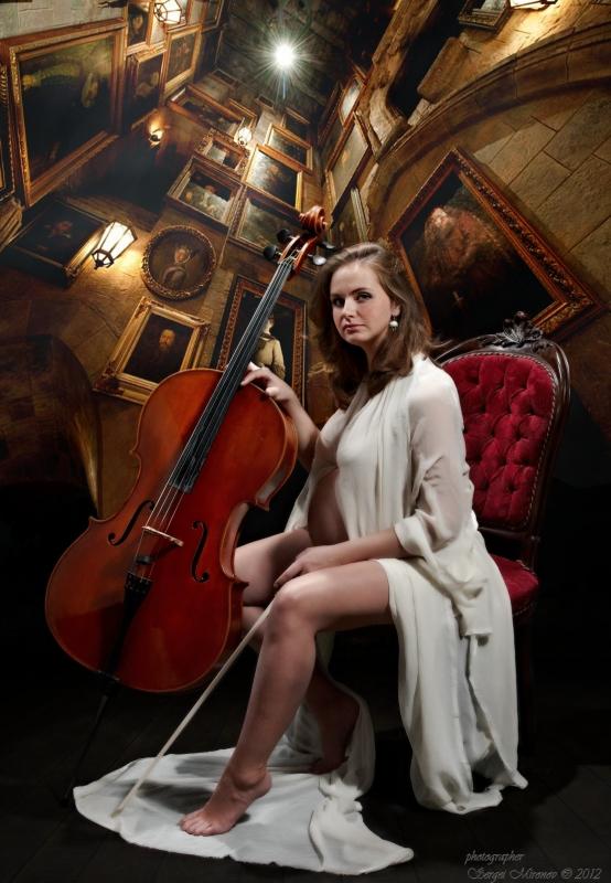 портрет девушки с виолончелью