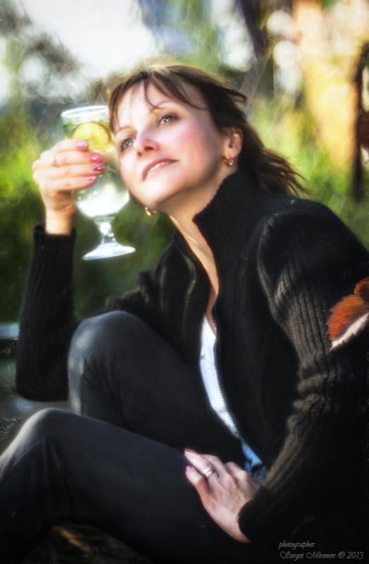 Романтичный портрет в закатном саду с бокалом махито...