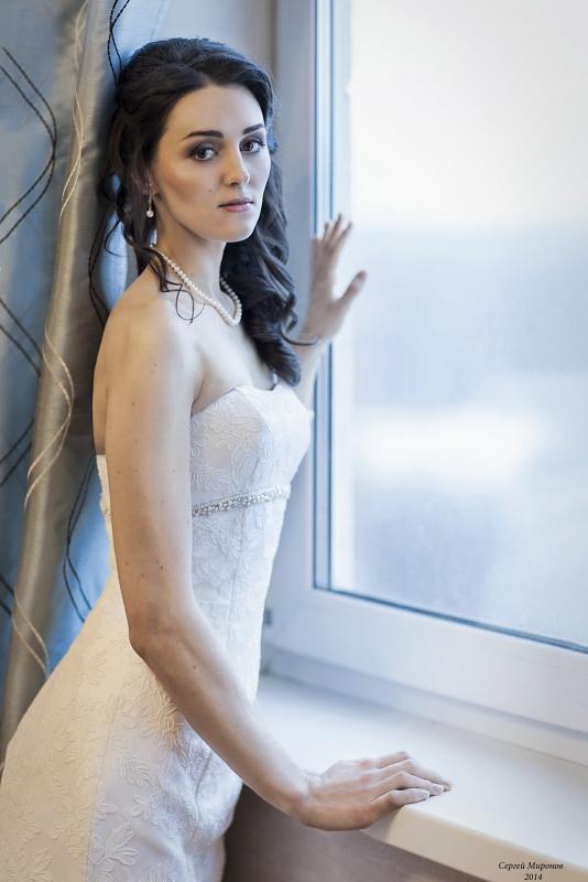 портрет невесты у окна