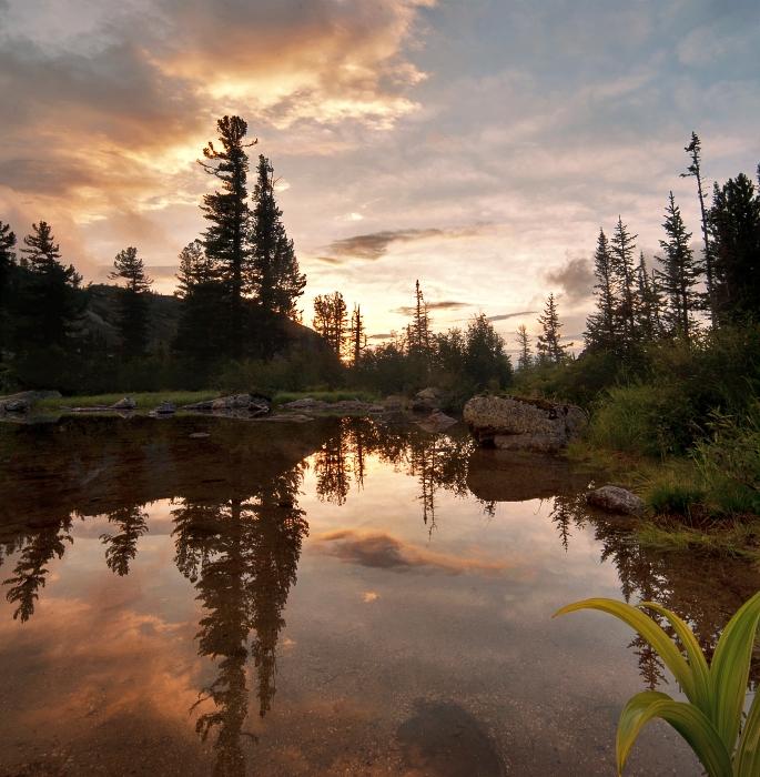 Закат над таёжным озером
