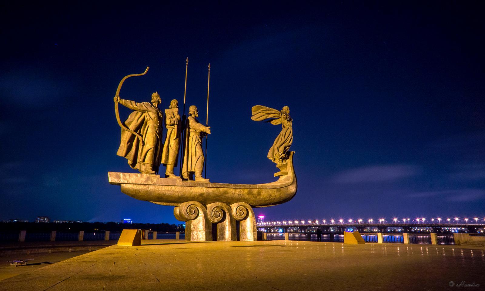 фото памятников киева ночью это
