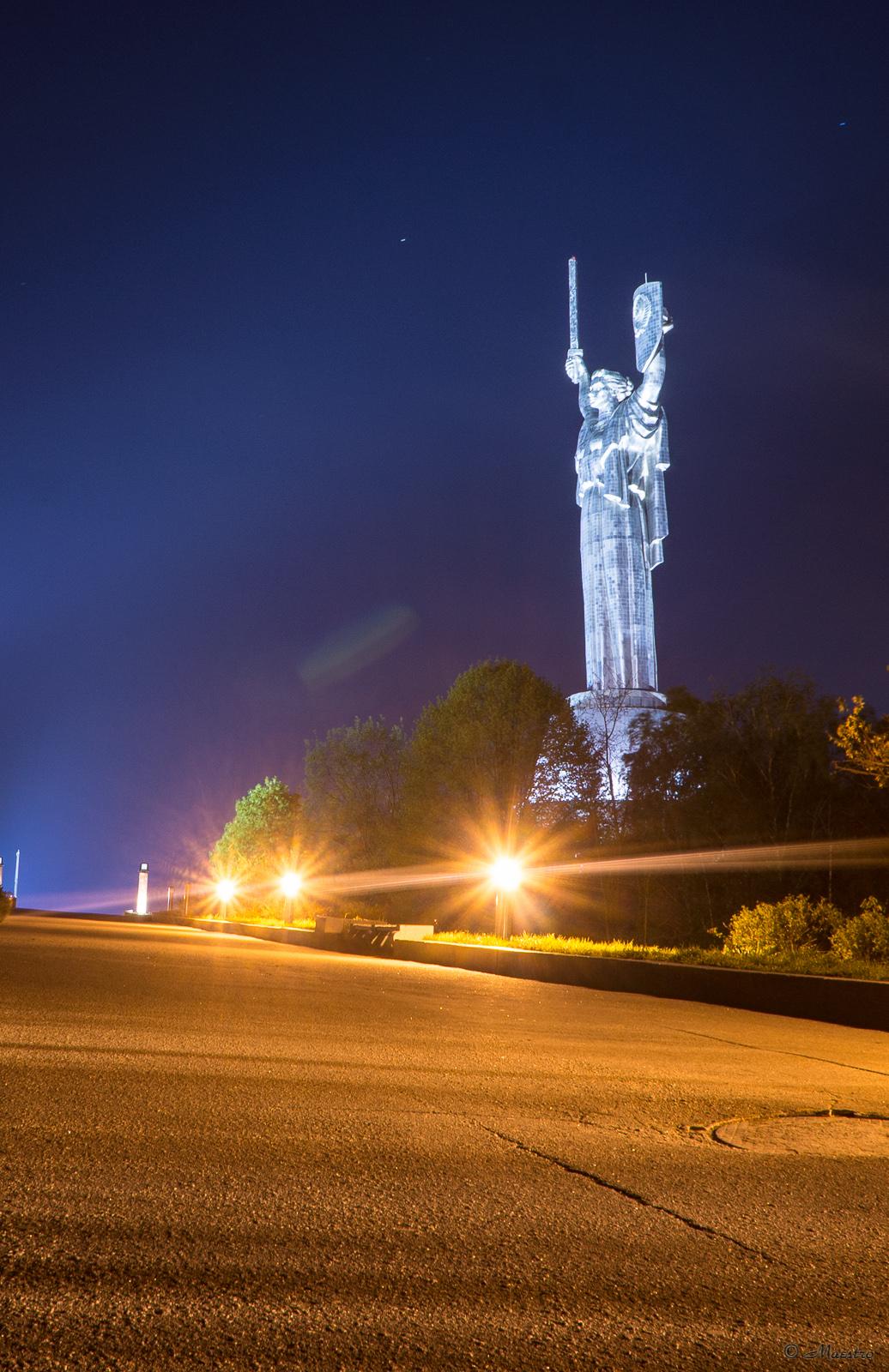 фото памятников киева ночью