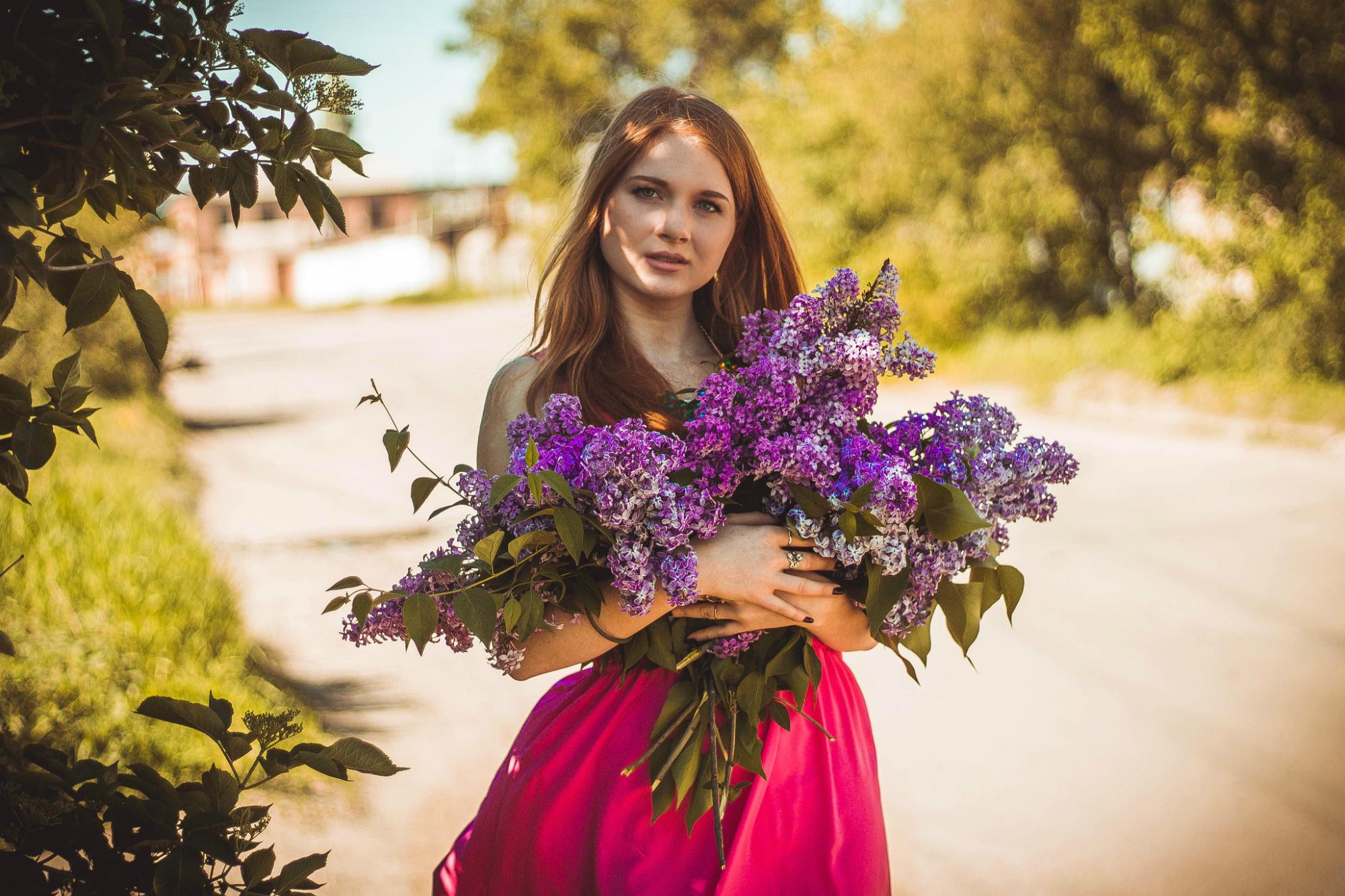 Картинки девушка возле цветов