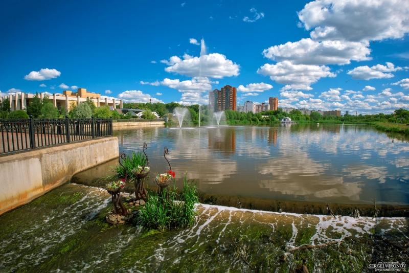 Лето, фонтаны на реке Яуза