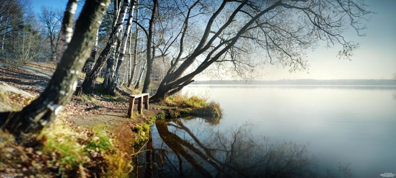 скамейка у воды