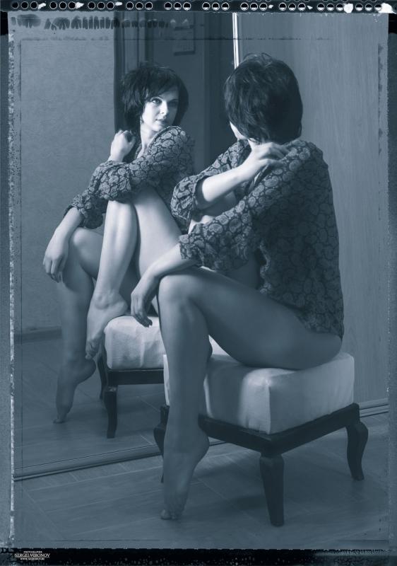 у зеркала...