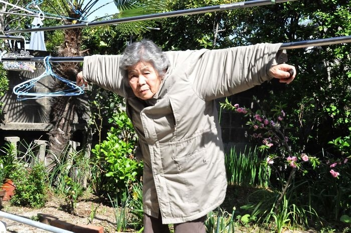 89-летняя бабушка не может перестать делать селфи | Статья | Текст #203440