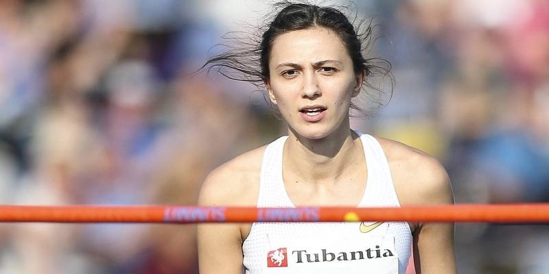 У русских легкоатлеток появилась фирменная фишка: одна другой заплетает косички, побеждают обе